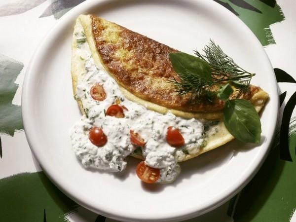 Reteta omleta cu verdeata, iaurt grecesc si rosii cherry