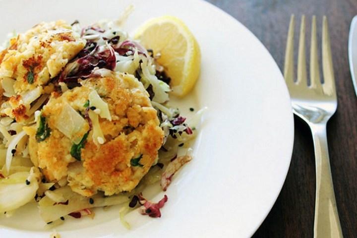 Chiftele crocante de naut cu salata de varza