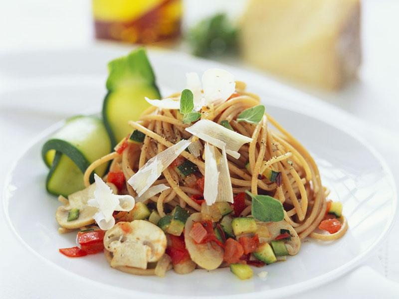 Spaghete integrale cu sos de legume