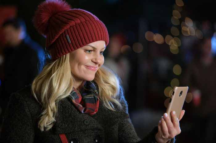 candace cameron bure holding a cell phone