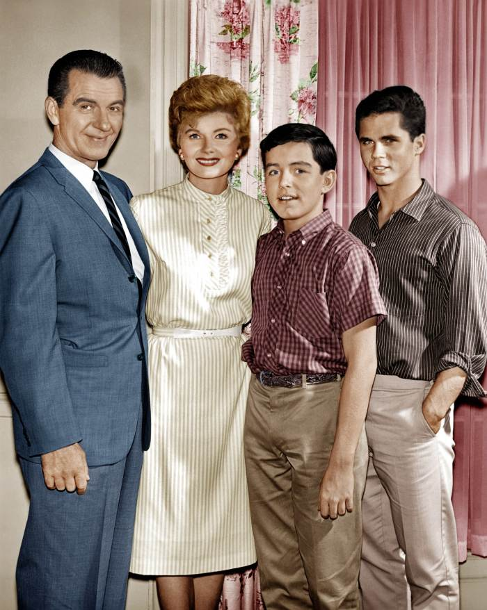 LEAVE IT TO BEAVER, (from left): Hugh Beaumont, Barbara Billingsley, Jerry Mathers, Tony Dow