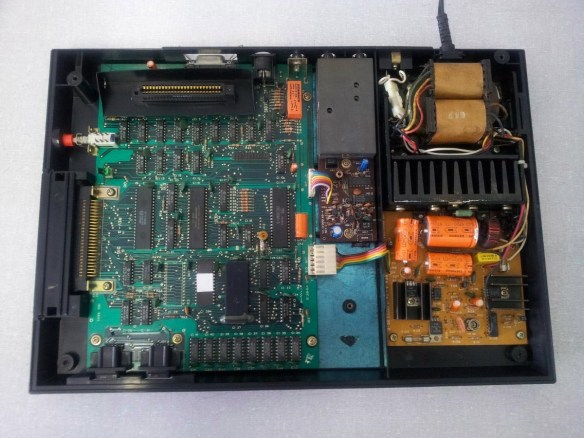 hotbit-aberto Instalando uma Fonte Externa no MSX Hotbit da Sharp