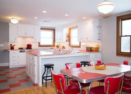 Los colores rojos traen energía vibrante y acentos llamativos en el diseño de la cocina y su decoración.