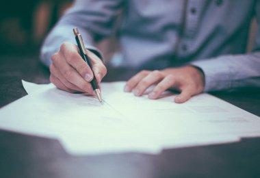 Etudiant qui rédige son CV