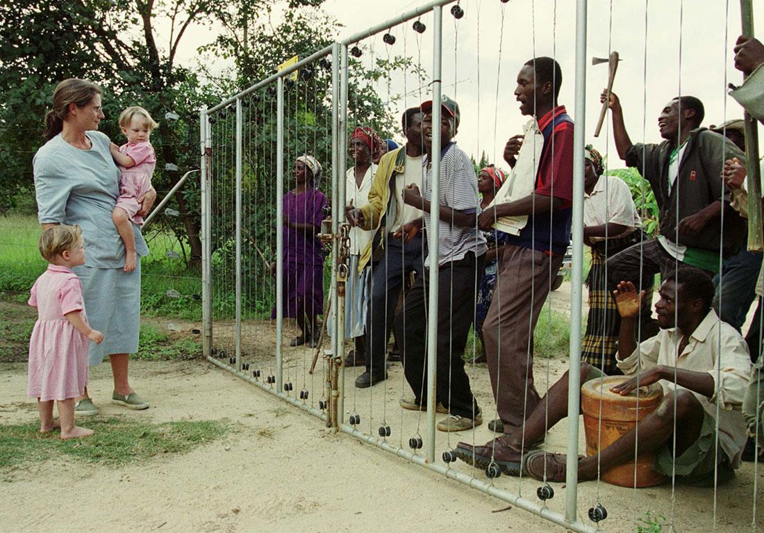 https://i2.wp.com/www.reuters.com/investigates/special-report/assets/zimbabwe-mugabe-farming/WhiteFarmerFamily2000.jpg