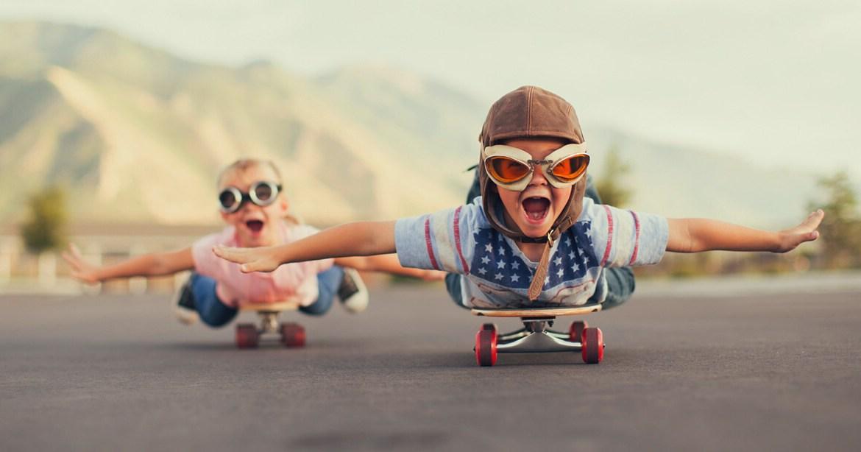 Glückliche Kinder auf einem Scateboard