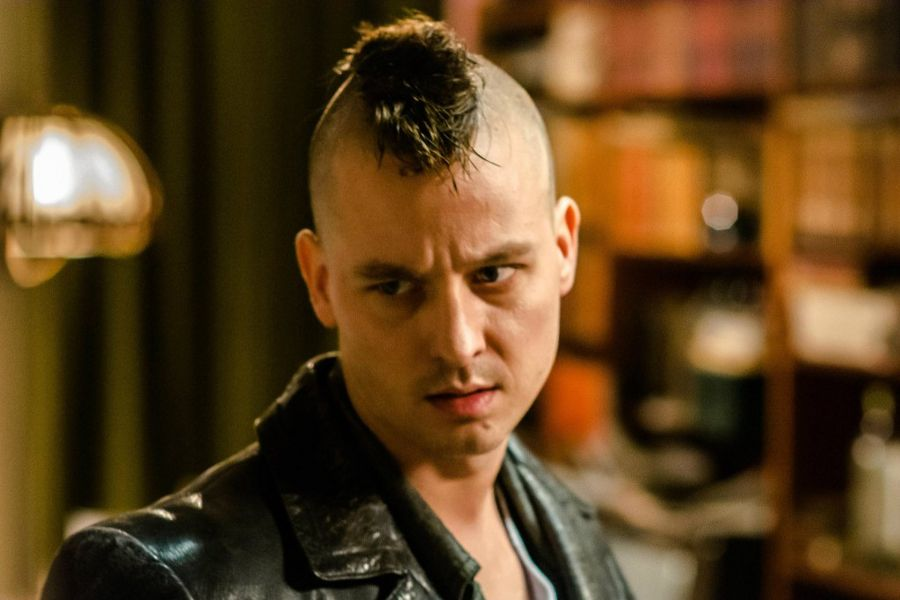 Learn German with film. Actor Tom Schilling in Tod den Hippies Es lebe der Punk.