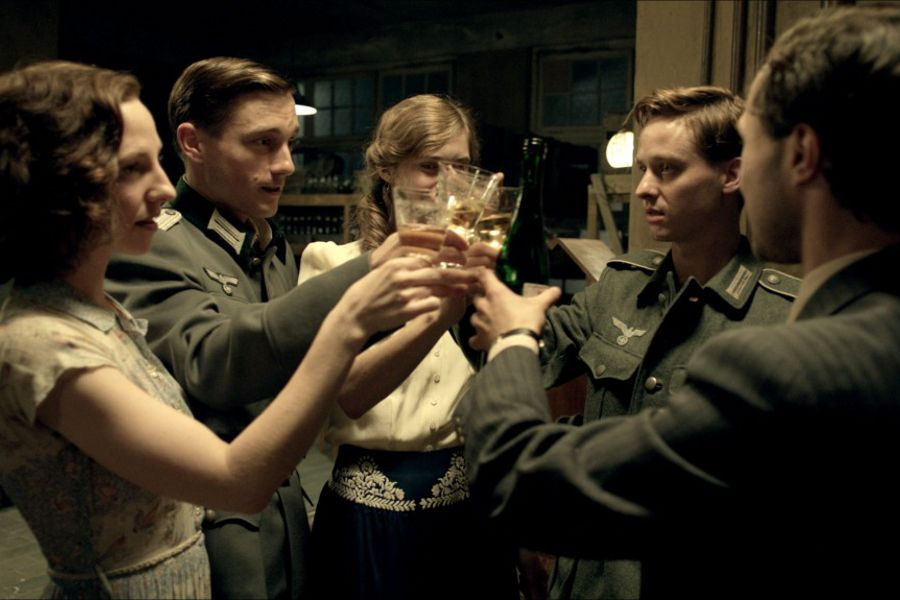 Learn German with film. Actor Tom Schilling in Generation War.