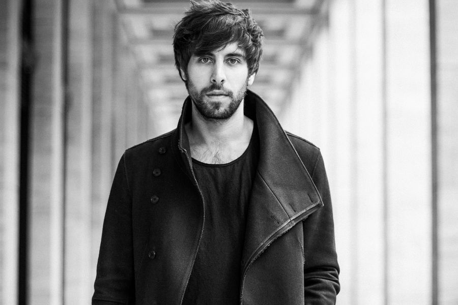 Learn German with the music of German pop singer Max Giesinger.
