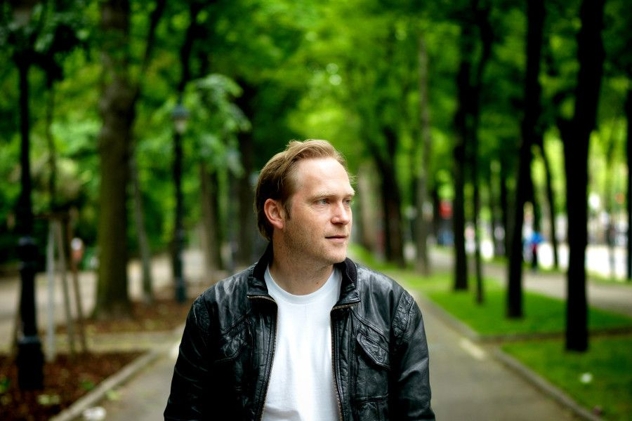 Learn German with the music of indie singer-songwriter Thees Uhlmann.