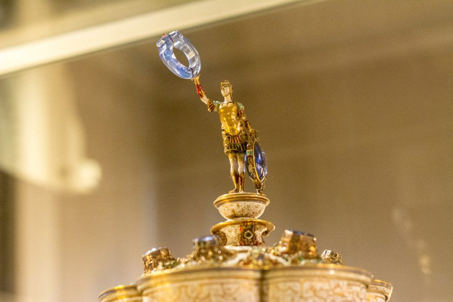Close-up on the top of a gold and enamel object from the Munich Residenz Schatzkammer.