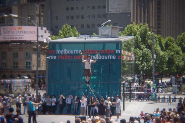 Un équilibriste jonglant avec le feu sur Federation Square