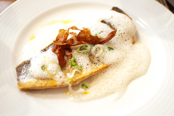 Plat : Filet de bar mi-cuit, caviar d'aubergine et émulsion soja-coco