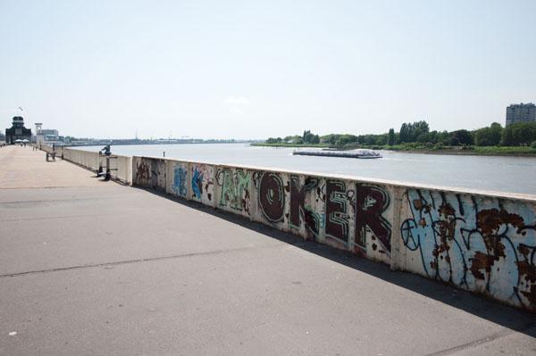 Marcher de la long de la rivière à Anvers