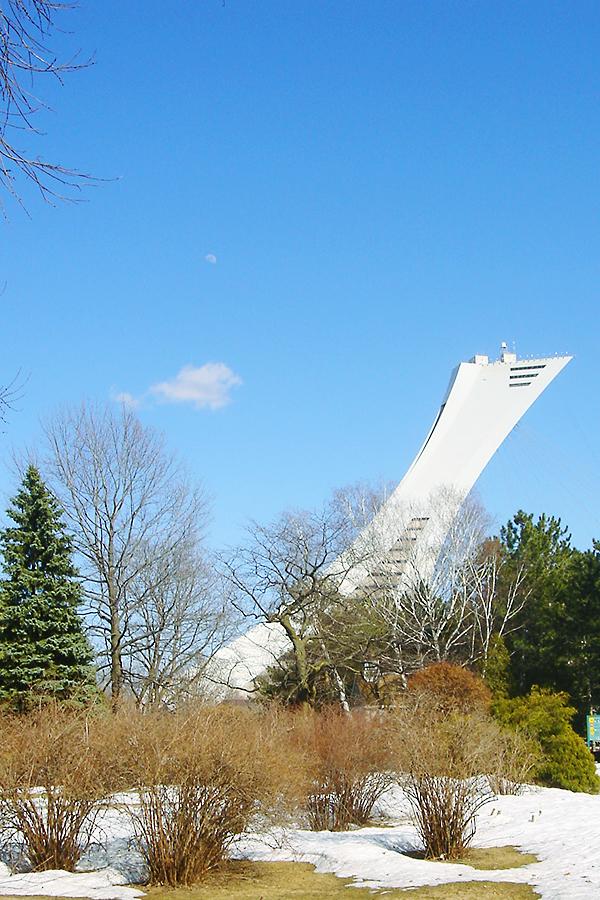 Vue sur le Stade olympique de Montréal, depuis le jardin botanique - 2008