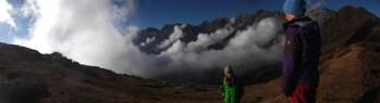 En fond, dans les nuages, le Goshaikhund