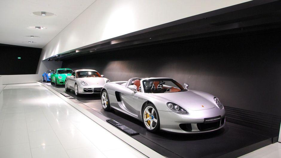 Carrera GT a další tři vozy v budově