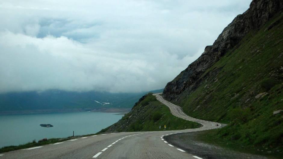silnice kolem jezera