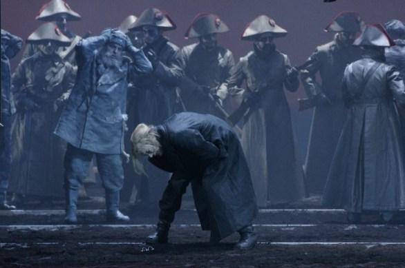 Der Krieg: Matthias Klink als von Schmerz und Qual gekrümmter Pierre Besuchow - eine der drei Hauptfiguren von Prokofjews Oper. Foto: Karl und Monika Forster