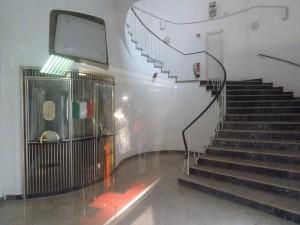 Blick durch die geschlossene Glastür: Foyer des früheren Film-Casinos in Dortmund. (Foto: Bernd Berke)
