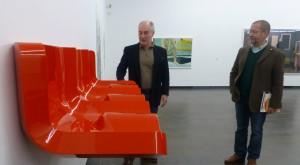 """Kunsthallen-Leiter Ferdinand Ullrich (li.) und sein Stellvertreter Hans-Jürgen Schwalm mit dem Objekt """"3er Sitz"""" des Hamburgers Stefan Kern (Preisträger des Jahres 1995). (Foto: Bernd Berke)"""