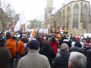 Der Demonstrationszug an der Reinoldikirche (Foto: Bernd Berke)