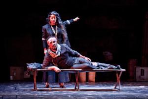 """Das Zigeunerleben hat seine Härten: Azucena (Hermine Mey) und Manrico (Stefano La Colla) in der Dortmunder """"Troubadour""""-Inszenierung (Copyright: Fotografie Bjoern Hickmann)"""