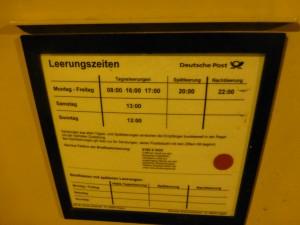 Briefkasten mit freitäglicher Abendleerung - weit draußen in Hagen. (Foto: Bernd Berke)