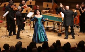 Cecilia Bartoli schwungvoll in der Philharmonie Essen. Foto:  Sven Lorenz