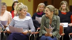 Anke Engelke (vorn rechts) auf Glückssuche - hier bei einer Chorprobe. (© WDR/Tom Trambow)