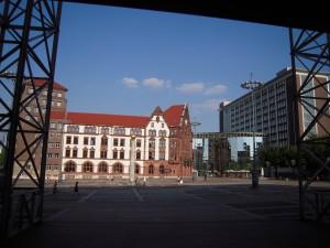 Blick vom Dortmunder Rathaus auf das alte und neue Stadthaus mit der Berswordt-Halle (Foto: Bernd Berke)