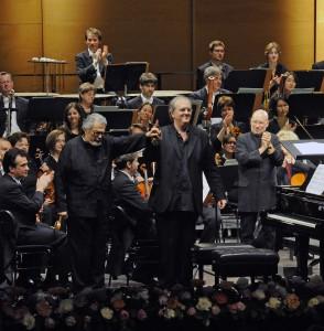 Die Pianisten Leon Fleisher (l.) und Nicholas Angelich sowie die Neue Philharmonie Westfalen mit Dirigent Dennis Russell Davies eröffneten das Klavier-Festival Ruhr 2014. Foto: Mohn/KFR