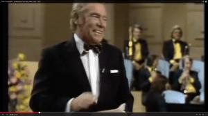 """Festliche Eleganz: Peter Frankenfeld in """"Musik ist Trumpf"""" (Screenshot aus: http://www.youtube.com/watch?v=g2bsg9ecodQ)"""