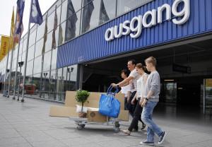 Ordentlich eingekauft: Eine Familie verlässt ein Ikea-Einrichtungshaus. (Bild: WDR/Thomas Brill)