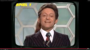Der nette Herr Rosenthal vor der Waben-Deko im Stil der 70er Jahre (Screenshot aus: http://www.youtube.com/watch?v=y8sKHHGRXqw)
