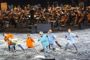 Grundschüler aus dem Ruhrgebiet tanzen zur Musik von Heiner Goebbels (Foto: Wonge Bergmann/Ruhrtriennale)