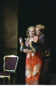 Nahezu ideal: Eva Maria Günschmann (rechts) als Octavian, mit Linda Easley als Marschallin. Foto: Matthias Stutte