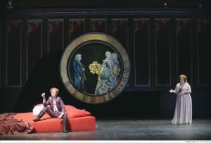 """Die Zeit, das seltsame Ding: Szene aus dem ersten Aufzug der """"Rosenkavalier""""-Inszenierung von Mascha Pörzgen in Krefeld. Foto: Matthias Stutte"""