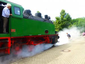 (Nicht nur) akustische Kostprobe im Dortmunder LWL-Industriemuseum Zeche Zollern: Wenn die alte Dampflok faucht, verschwindet auch schon mal ein Fotograf im Nebel... (Foto: Bernd Berke)