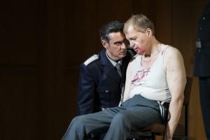 König Marke (Karl-Heinz Lehner, links) behandelt Tristan (Lance Ryan) als Verräter (Foto: Thomas M. Jauk/Theater Dortmund)