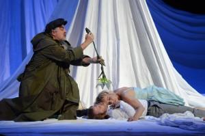 Puck (Klaus Brantzen, l.) bestreut Lysander (Cornel Frey) mit dem Pollen der Zauberblume. Hermia (Anke Sieloff) ahnt nichts Böses. (Foto: Monika Forster/MiR)