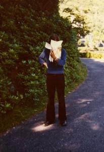 """Wohin führt der Weg? Irland 1976: """"Barney"""" befragt eine Straßenkarte."""