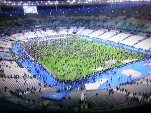 Menschen im Stade de France (Screenshot ARD)