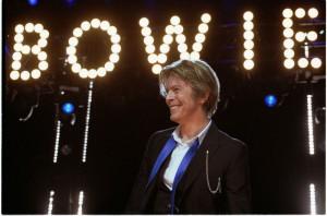 David Bowie am 8. August 2002 bei einem Auftritt im Tweeter Center (Tinley Park bei Chicago). (Foto: Adam Bielawski/Wikipedia Commons)