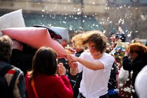Vielleicht doch nicht mehr ganz so neu? Diese öffentliche Kissenschlacht begab sich jedenfalls anno 2010 in Warschau. (Foto: Kuba Bozanowski from Warsaw, Poland - Wikimedia-Lizenz: https://creativecommons.org/licenses/by/2.0/)