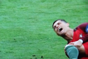 Im Moment der Verletzung: Cristiano Ronaldo (Portugal). (ARD-Fernsehbild/Screenshot)
