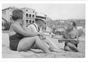 """""""Stilles Gestade, so nahe dem heftigsten Getriebe"""": Der Schriftsteller Heinrich Mann (Mitte) plaudert mit seiner Frau Nelly und einem Freund 1935 am Strand von Nizza. Foto: Feuchtwanger Memorial Library/University of California"""