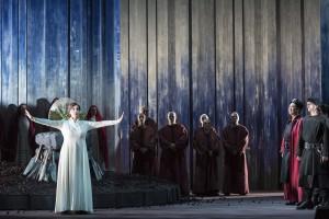 Große Gesten, wenig Inhalt: Katia Pellegrino als Norma in Vincenzo Bellinis Oper am Aalto-Theater Essen. Foto: Matthias Jung.