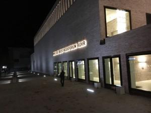 Blick auf die Außenseite des Musikforums. In dem länglichen Gebäude findet sich der große Saal. Foto: -n