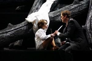 Das Wunder wird sinnlich erfahrbar: Der Schwan (Aron Gergely) und Lohengrin (Daniel Johansson). Foto: Forster